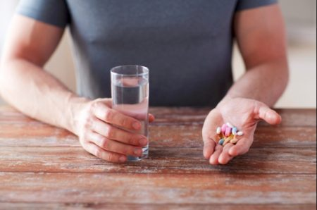 精力剤を飲んでいる姿を女性に見せる
